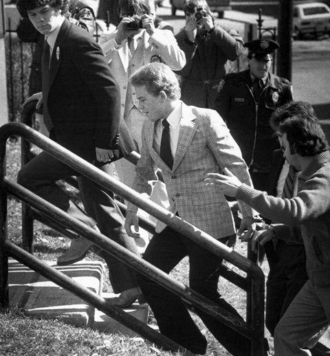 آرن جانسون ، 19 ساله ، از بروكفیلد ، كالیفرنیا ، وارد دادگاه عالی دانبری می شود ، جایی كه از هیئت منصفه بزرگ خواسته می شود وی را به علت مرگ با خالصی آلانو بونو ، 40 ساله ، در 16 فوریه متهم كند ، كه در آن وكیل وی می گوید او برای شیطان كار می كرد عکس از تصاویر بایگانی Bettmann