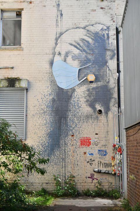 banksy mural con una mascarilla