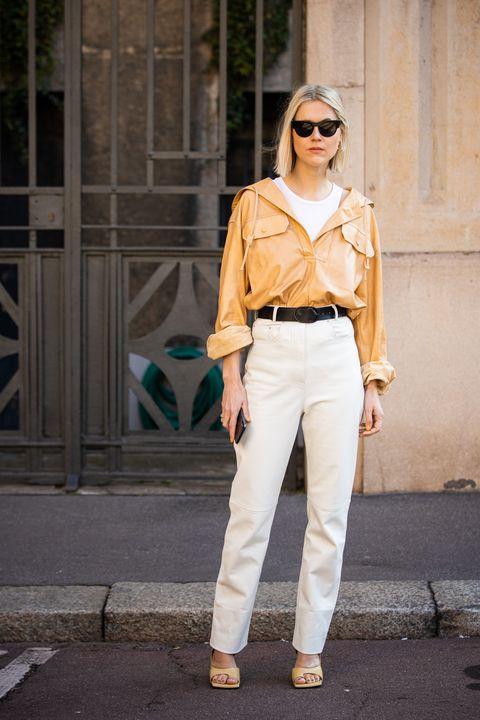 como combinar pantalones blancos con color camel