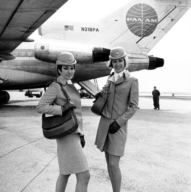 stewardessen der amerikanischen fluglinie pan am stellen im april 1969 auf dem münchner flughafen riem ihre neue uniform vor neu ist auch der pillbox hut, der die gewohnte kappe ersetzen wird      photo by hans gregorpicture alliance via getty images