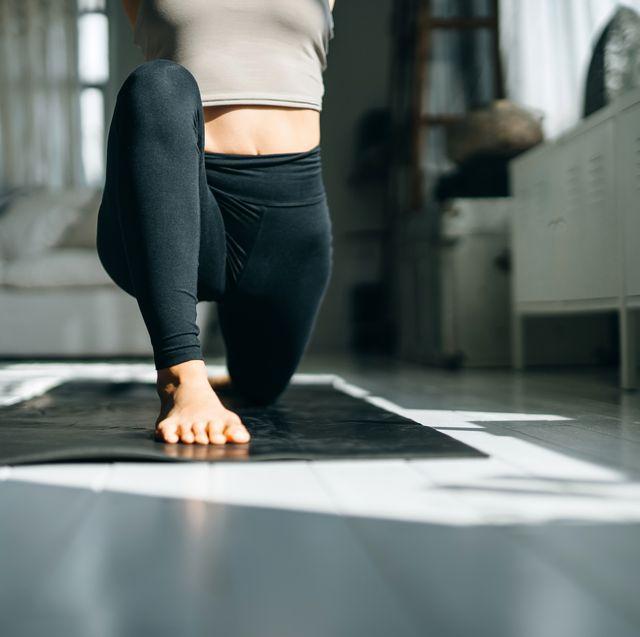 vrouw oefeningen yoga mat