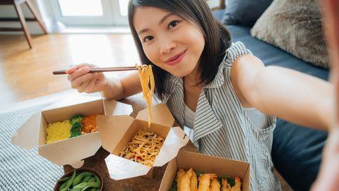 vrouw eet verschillende gerechten