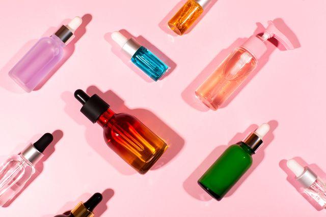 verschillende skincareproducten op een roze achtergrond
