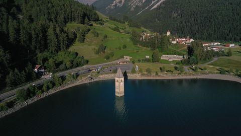 Danau Resia menutupi desa Curon, Italia