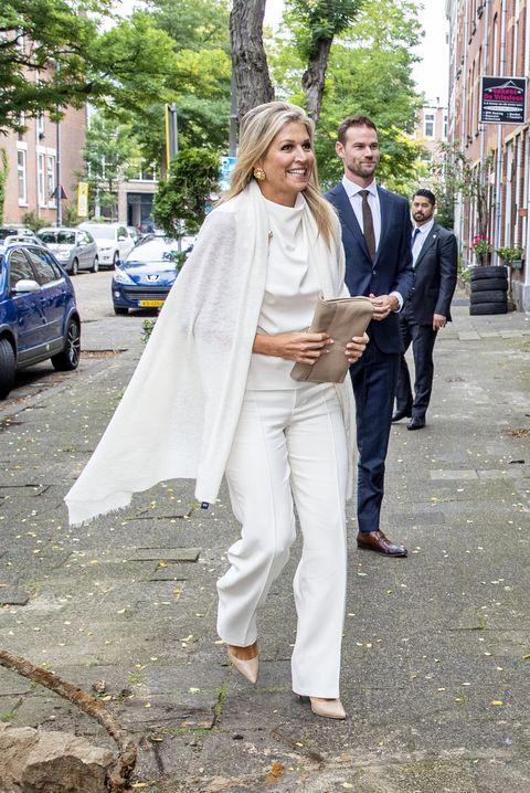 ストールもホワイト。気品漂う王妃のブリッジシーズン白コーデを拝見