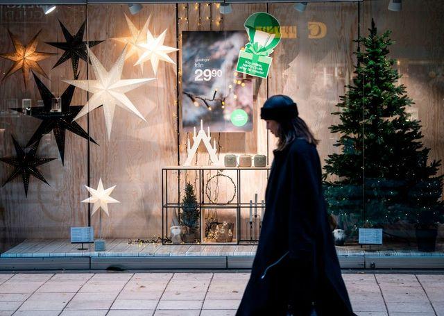 mujer de compras andando por la calle