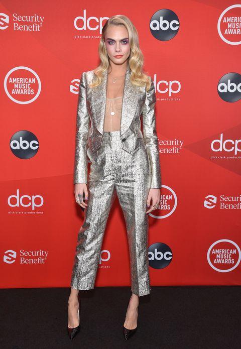 cara delevingne tijdens de 2020 american music awards
