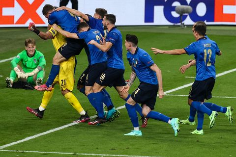11 july 2021, united kingdom, london football european championship, italy   england, final round, final at wembley stadium italys players cheer after winning the penalty shootout with italys goalkeeper gianluigi donnarumma next to englands goalkeeper jordan pickford photo christian charisiusdpa photo by christian charisiuspicture alliance via getty images
