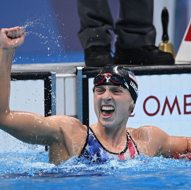 katie ledecky celebrating in the pool at 2020 tokyo olympics