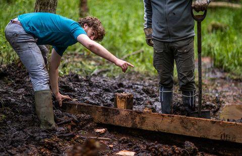 03 de agosto de 2021, mecklemburgo pomerania occidental, voluntarios de sassnitz del proyecto bergwald construyen una barrera de agua de madera en preparación para la rehumectación de las zonas pantanosas en el parque nacional más pequeño de alemania en la isla de rügen, en el mar báltico, que voluntarios de toda alemania quieren proteger moros se sequen aún más con mucho trabajo manual y, por lo tanto, también hagan algo contra el calentamiento global foto jens büttnerdpa zentralbilddpa foto por jens büttnerpicture alliance via getty images