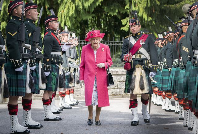 ballater, aberdeenshire   august 09 queen elizabeth ii during an inspection of the balaklava company, 5 battalion the royal regiment of scotland at the gates at balmoral, as she takes up summer residence at the castle, on august 9, 2021 in ballater, aberdeenshire photo by jane barlow   wpa poolgetty images