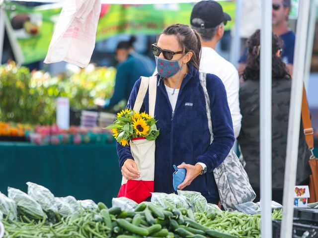 los angeles, ca   october 10 jennifer garner is seen buying vegetables and flowers at a market on october 10, 2021 in los angeles, california  photo by bg004bauer griffingc images