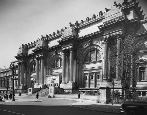 Architecture, Landmark, Building, Classical architecture, Monochrome, Arch, Black-and-white, Facade, Metropolis, Street,