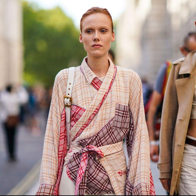 chicas andando por la calle con kimono y look entretiempo