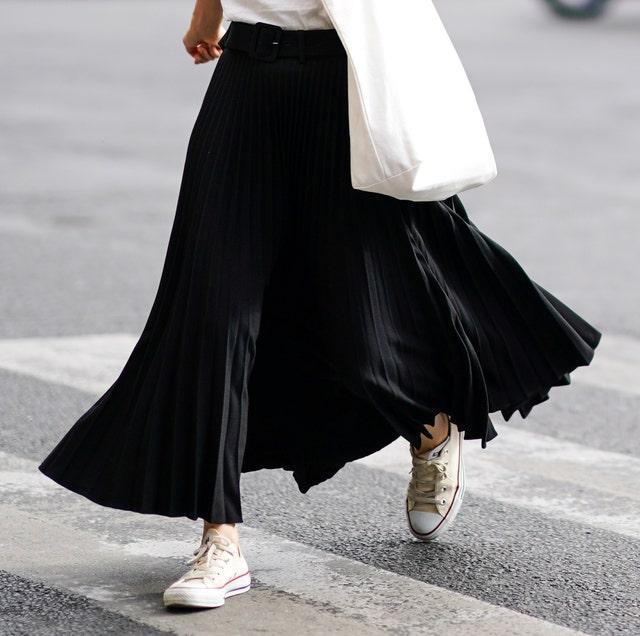 los mejores looks con zapatillas converse blancas bajas