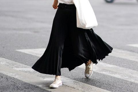 los mejores looks con zapatillas converse bajas blancas falda plisada