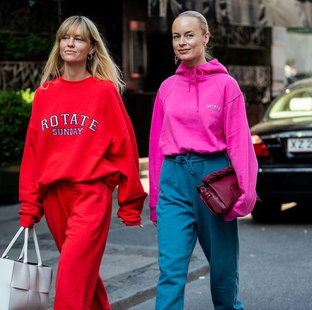 twee vrouwen op straat in hoodies