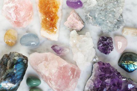 水晶完整介紹!招桃花粉晶、招財黃水晶、療癒月光石⋯選擇、淨化方式揭露