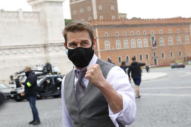 تام کروز ، بازیگر ، در هنگام استراحت در محل فیلمبرداری ماموریت غیرممکن 7 در Piazza Venezia ، درست مقابل بنای یادبود برنده امانوئل دوم مقبره سرباز ناشناس رم ایتالیا ، در تاریخ 29 نوامبر سال 2020 ، با طرفداران خود صحبت می کند و سلفی می گیرد از طریق تصاویر گتی
