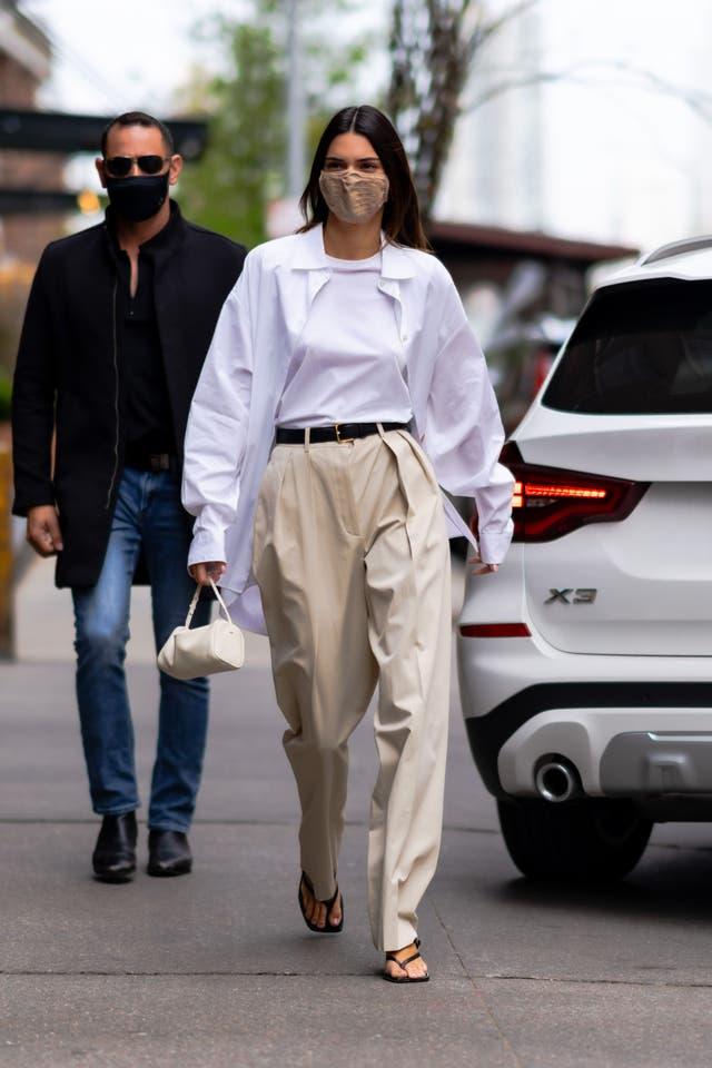conjunto celebrities camisa blanca pantalon beige the row