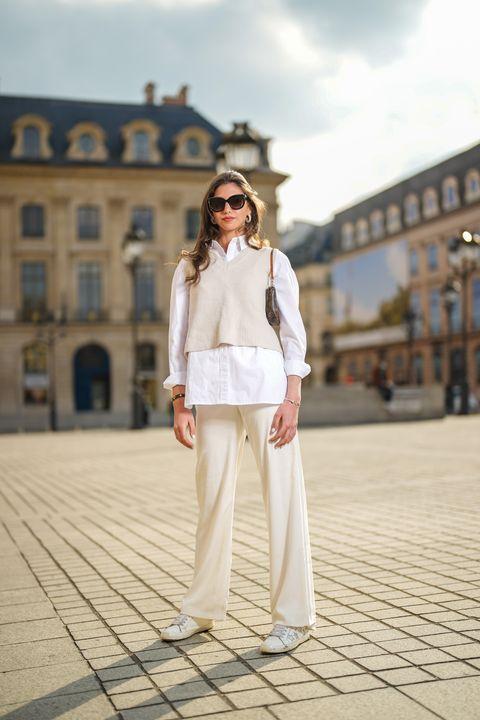 como combinar pantalones blancos con beige