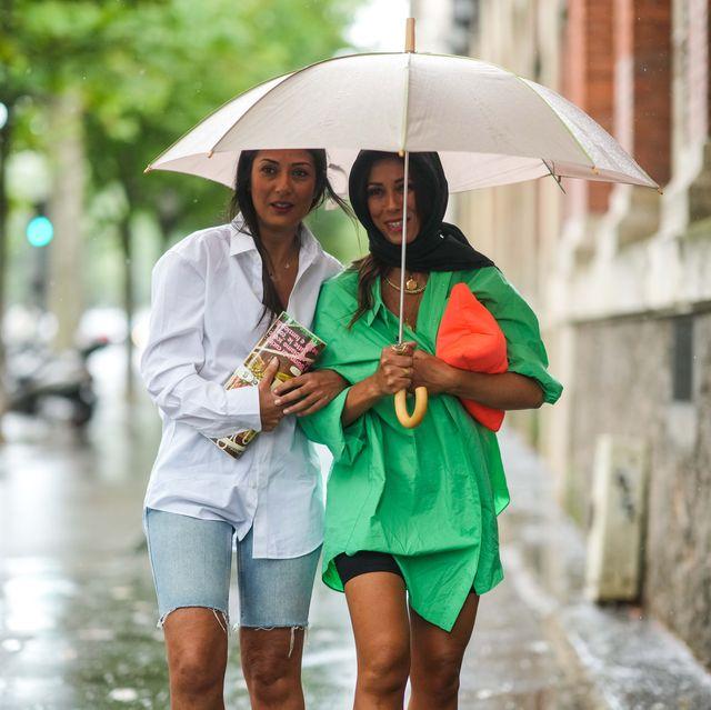 chicas con paraguas bajo la lluvia