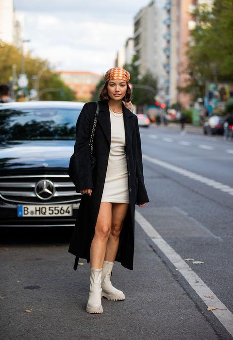 Βερολίνο, Γερμανία 13 Σεπτεμβρίου vivi könig φαίνεται φορώντας τσάντα prada, κρεμ λευκό φόρεμα, μαύρο παλτό, πορτοκαλί μαντίλι, μπότες κατά τη διάρκεια της εβδομάδας μόδας για εσάς στις 13 Σεπτεμβρίου 2021 στο Βερολίνο, Γερμανία φωτογραφία από χριστιανικές εικόνες vieriggetty