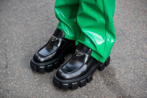 Βερολίνο, Γερμανία 13 Σεπτεμβρίου Η Sonia Lyson φαίνεται να φοράει πράσινο μπουφάν και παντελόνι jjxx, τσάντα bottega veneta, παπούτσια prada, av γυαλιά ηλίου κατά τη διάρκεια της εβδομάδας μόδας στις 13 Σεπτεμβρίου 2021 στο Βερολίνο, Γερμανία