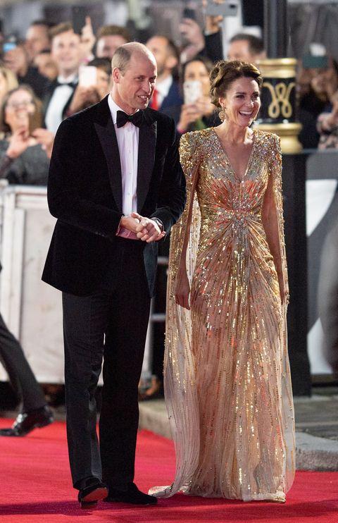 Лондон, Англия 28 сентября Кэтрин, герцогиня Кембриджская и принц Уильям, герцог Кембриджский присутствуют на мировой премьере фильма «Не время умирать» в королевском Альберт-холле 28 сентября 2021 года в лондоне, англия.
