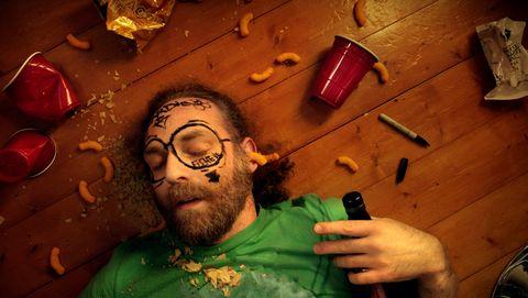 Dronken man slaapt op de vloer