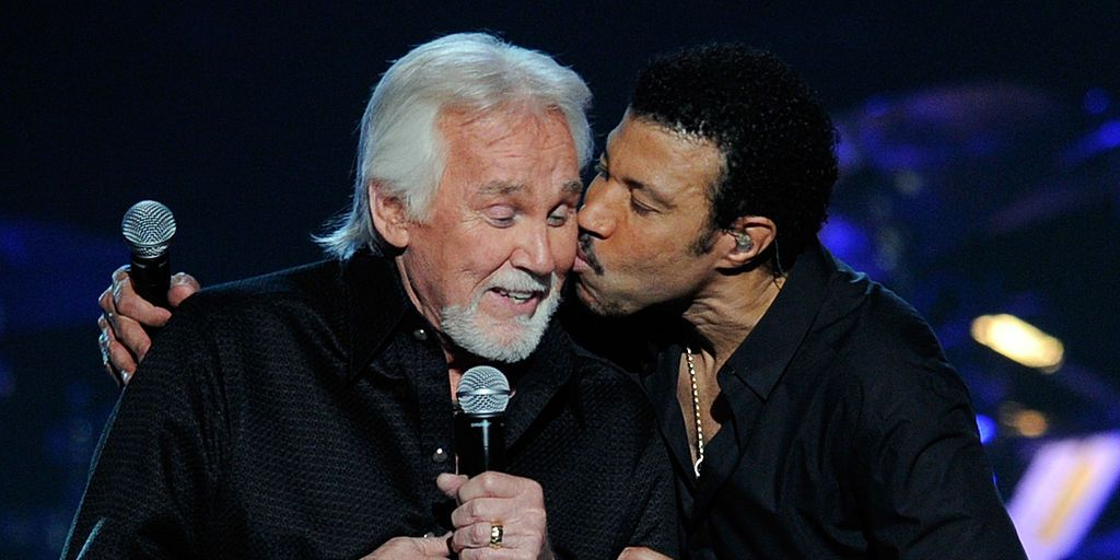 """Lionel Richie Gave an Unbelievably Emotional Tribute to Kenny Rogers on """"Our Country"""""""