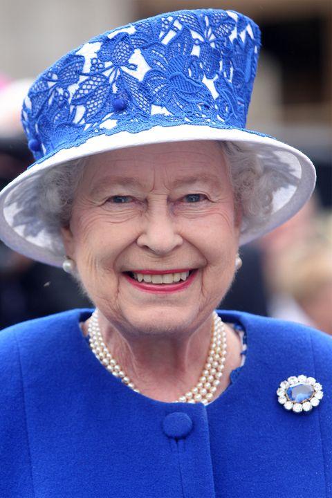 エリザベス女王とサファイヤのブローチ