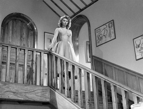 Sophia Loren con vestido de noche bajando unas escaleras en casa