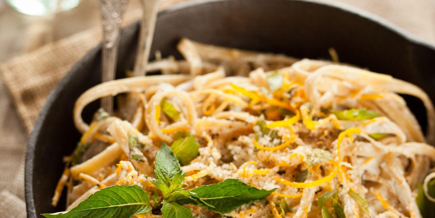Gli spaghetti al limone sono la ricetta più fresca e profumata di stagione, e si preparano così