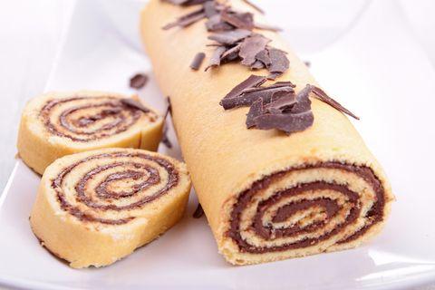 Il rotolo alla nutella è il dessert più soffice e goloso che ci sia, e questa è la ricetta facilissima da provare