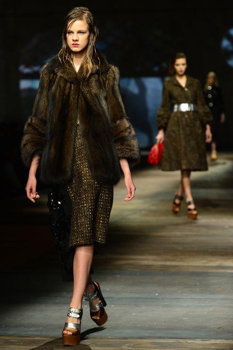 Fashion model, Fashion show, Fashion, Runway, Clothing, Fur, Fashion design, Public event, Human, Event,