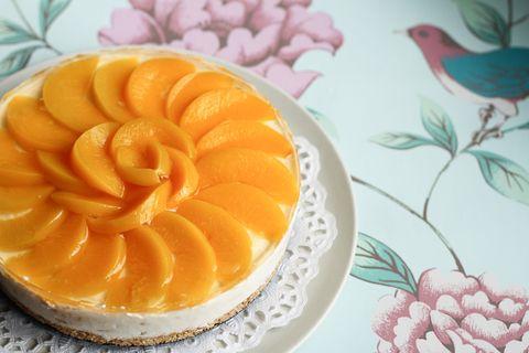 La cheesecake alle pesche è il dolce assoluto dell'estate 2018, la ricetta ve la diamo noi