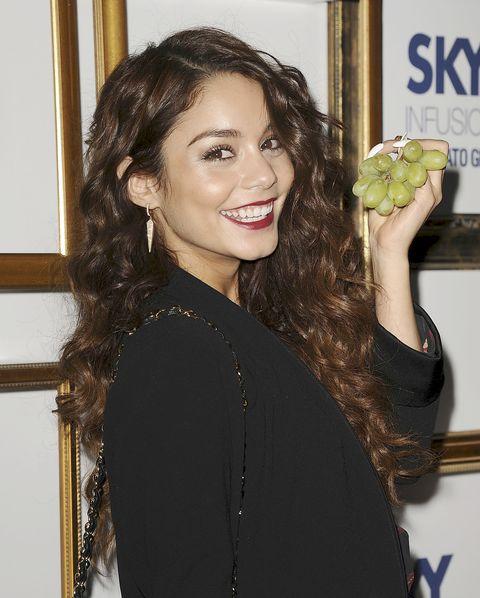 Vanessa Hudgens comiendo fruta