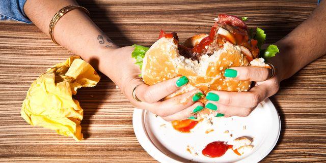 感情的摂食とも言われ、感情に対する反応として食べる行為を指す「やけ食い」。本当はおなかが減っていないのに、なんらかの感情が引き金になって食べすぎてしまうというのが典型的なパターン。実は、やけ食いにはちゃんとした科学的根拠が。そこで本記事では、肥満とストレスの関係性、そして実際に役立つ「やけ食い」対策をお届けします。