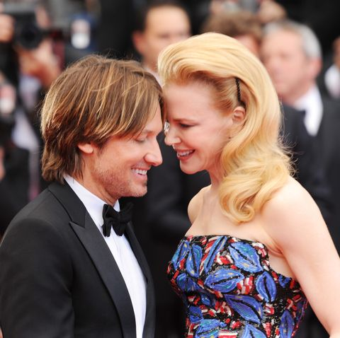 Hair, Facial expression, Premiere, Event, Hairstyle, Interaction, Blond, Kiss, Carpet, Fashion,