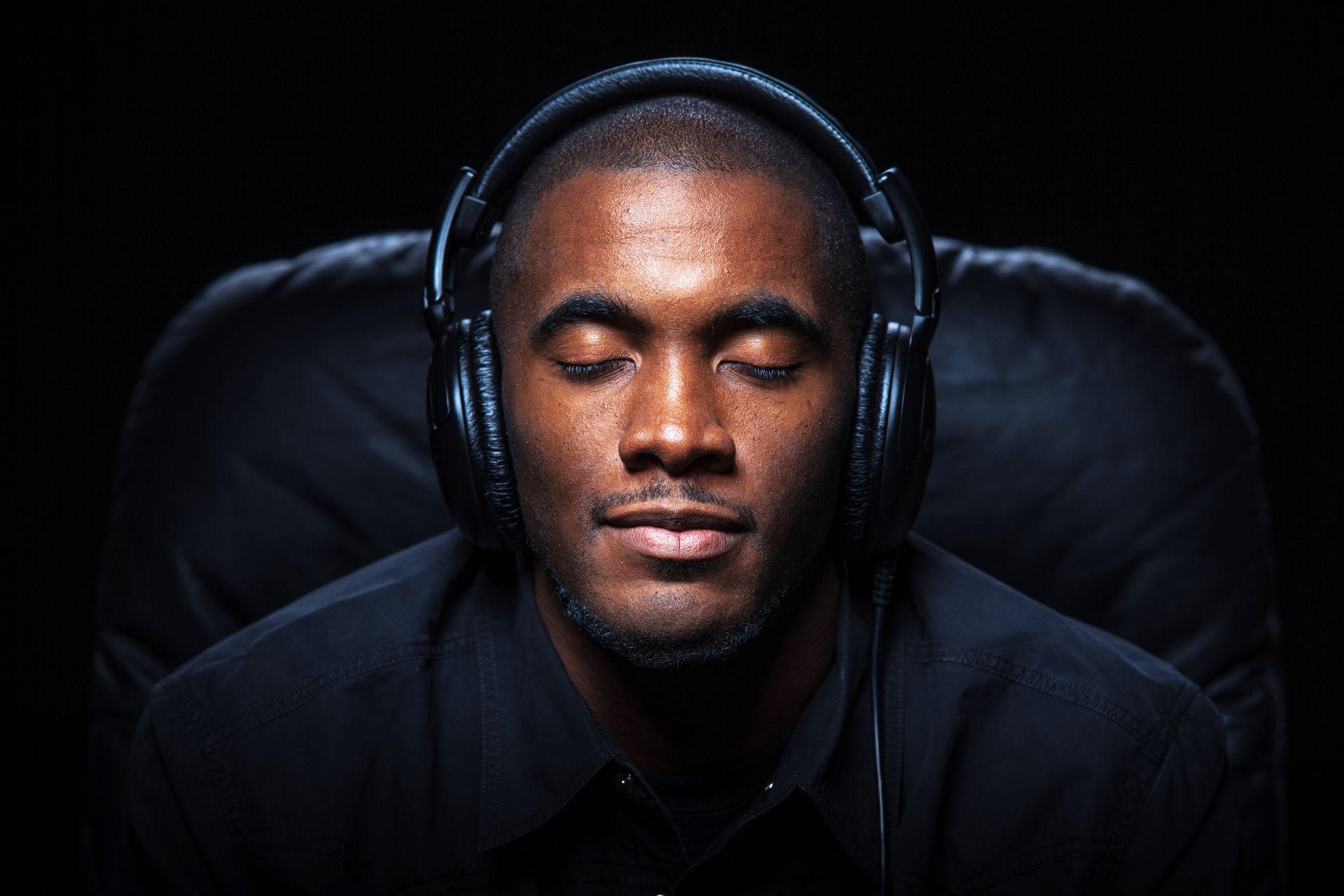 Che cos'è la musica 8D, e perché la ascoltano tutti