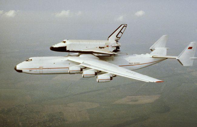 A aeronave de transporte super-pesado Antonov An-225 Mriya conduz seu primeiro voo com o ônibus espacial soviético Buran, em maio de 1989.