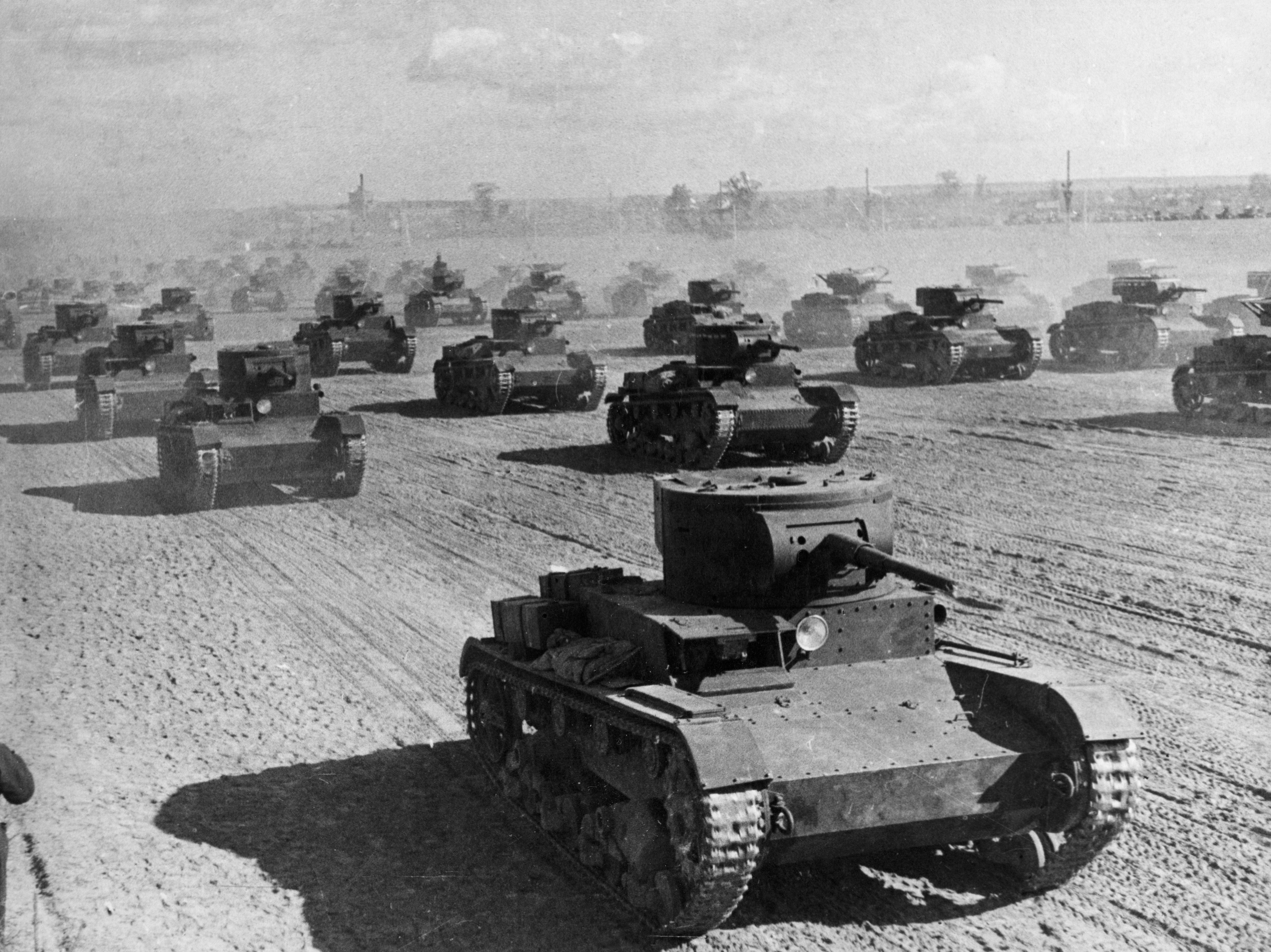 Uma formação de tanques leves soviéticos modelo T-26 em 1936.