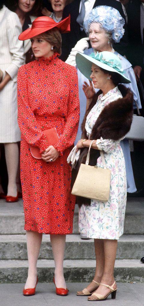 lady diana spencer z królową matką i księżniczką Małgorzatą podczas ślubu Nicholasa Soamesa w Westminster w Londynie, 4 czerwca 1981 r. fot. kyprosgetty images