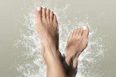 Leg, Water, Skin, Human leg, Foot, Toe, Barefoot, Sky, Arm, Hand,
