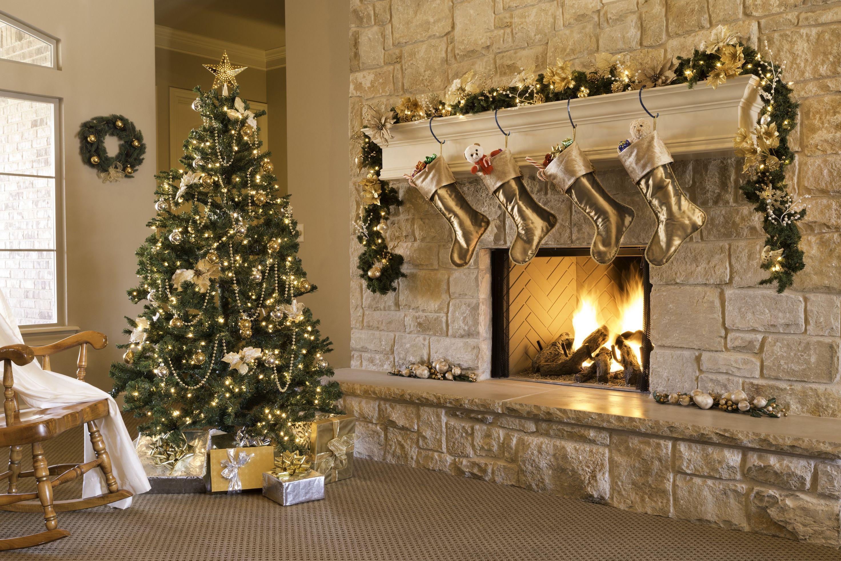20 elegant christmas garland ideas how to decorate with garland rh elledecor com christmas decoration using garland decorated christmas garlands with lights