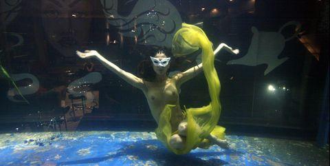 Water, Underwater, Underwater diving, Swimming pool, Recreation, Performance, Underwater sports, Leisure, Diving, Games,