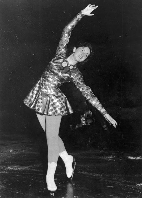 Dancer, Figure skate, Skating, Footwear, Dance, Ice skating, Ballet dancer, Figure skating, Black-and-white, Leg,