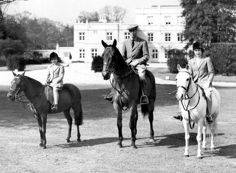 queen elizabeth ii op paard met haar vader