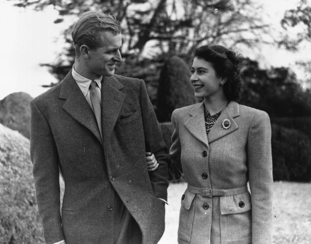 24th november 1947  princess elizabeth and the prince philip, duke of edinburgh enjoying a walk during their honeymoon at broadlands, romsey, hampshire  photo by topical press agencygetty images